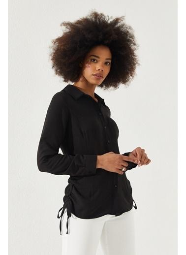 Reyon  Kadın Yanları Büzgülü Gömlek Beyaz Siyah